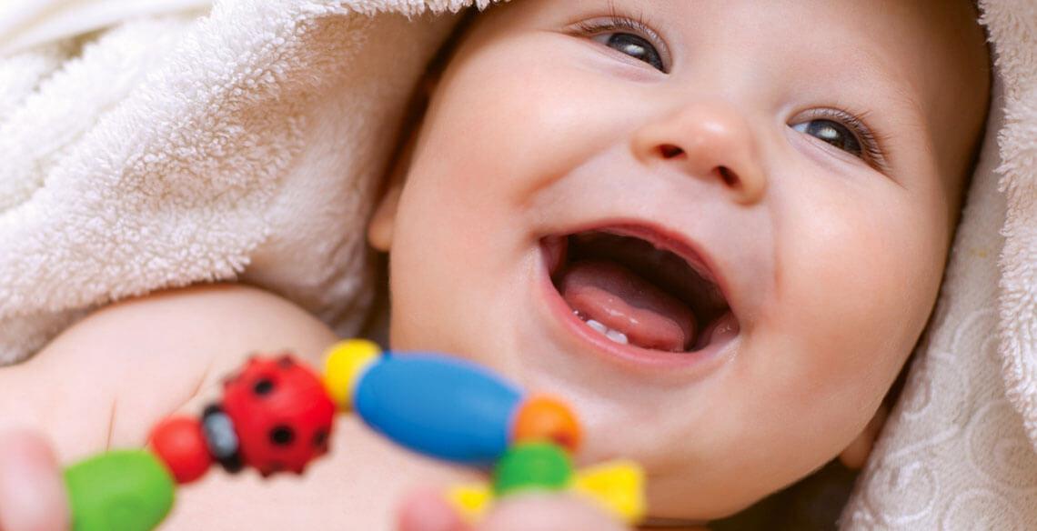 Bebês aprendem mais quando algo é ensinado com bom humor