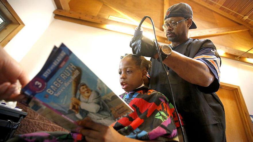 Barbeiro propõe que pequenos leiam para ele em troca de um corte de cabelo