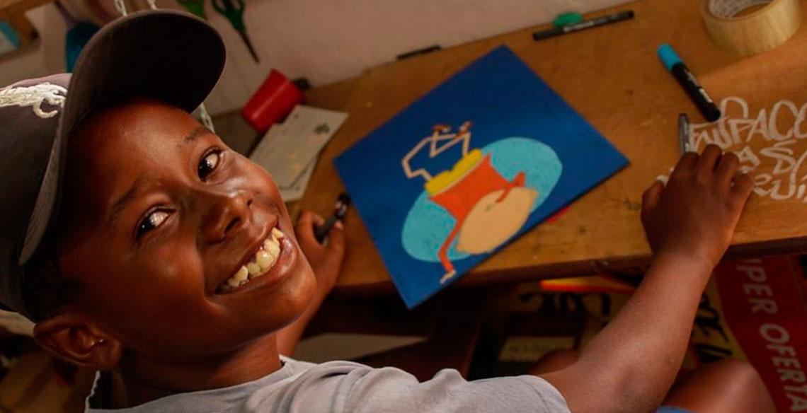 Crianças que usam o grafite e a arte de rua como voz de expressão