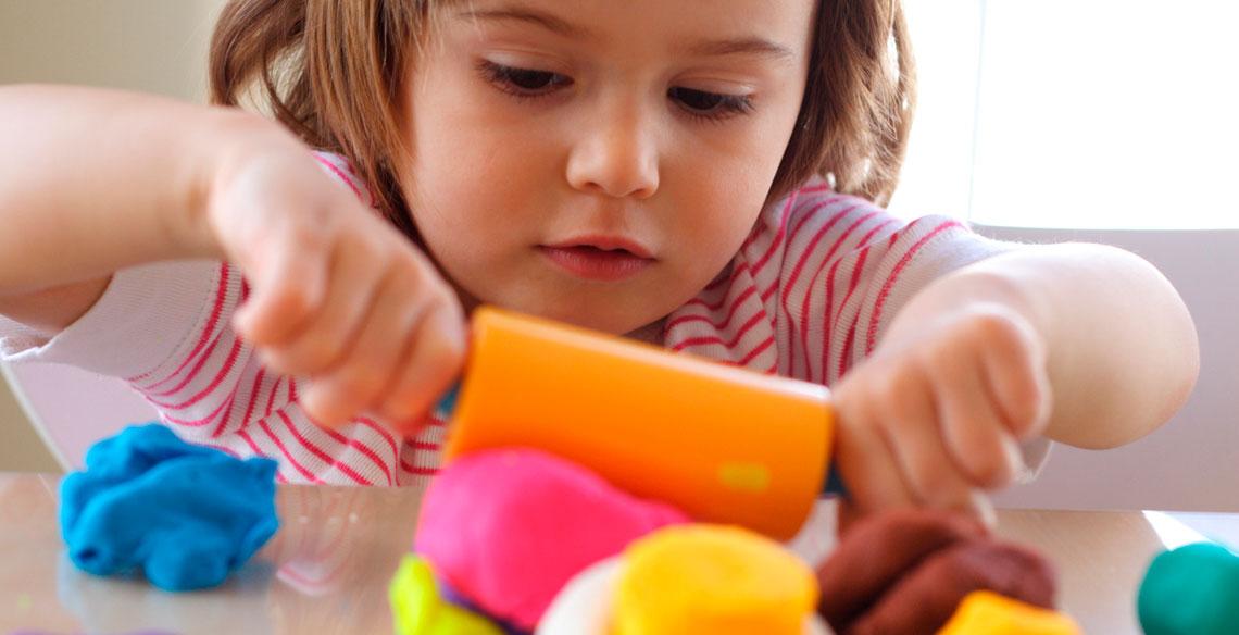 Aprenda a fazer massinha de modelar para brincar com os pequenos