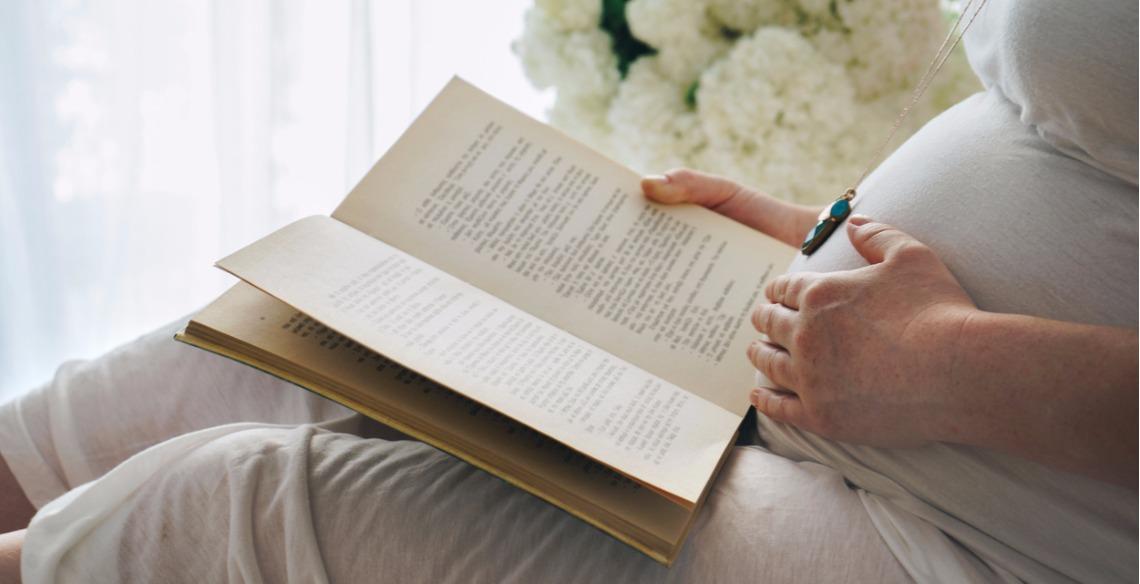 Leia para o seu bebê durante a gravidez com estas 4 dicas