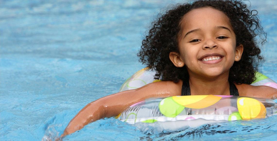 O que as aulas de natação podem fazer por seu pequeno