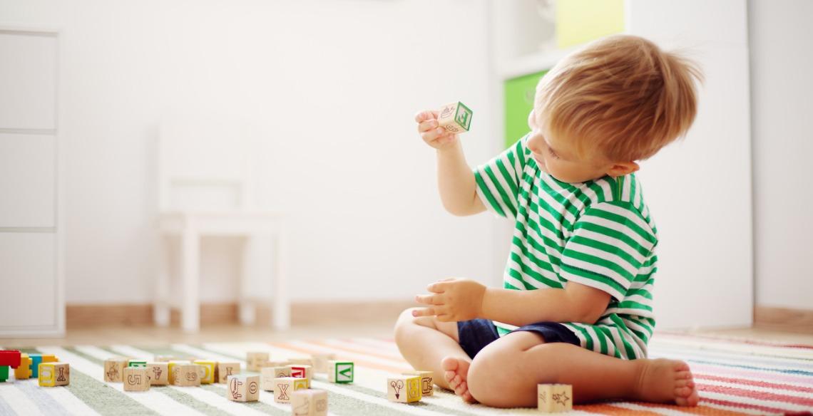 A importância de deixar seu pequeno brincar sozinho também