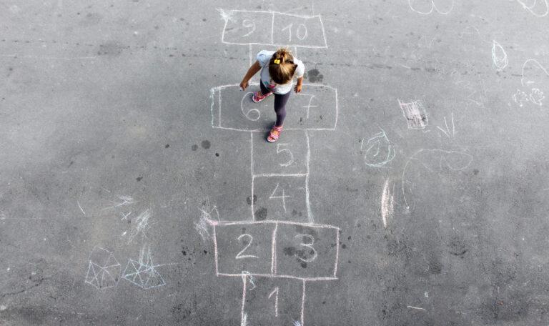 5 brincadeiras para estimular a criatividade das crianças: amarelinha